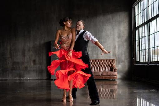 https://personallifemedia.com/wp-content/uploads/2019/11/Dancing-Couple.jpg